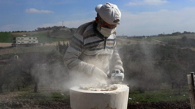 تركيا.. لاجئ سوري يتفنن في تحويل الأحجار إلى أواني