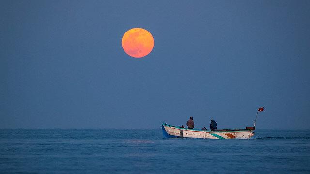 البدر يضيء طريق الصيادين بأكبر بحيرة في تركيا