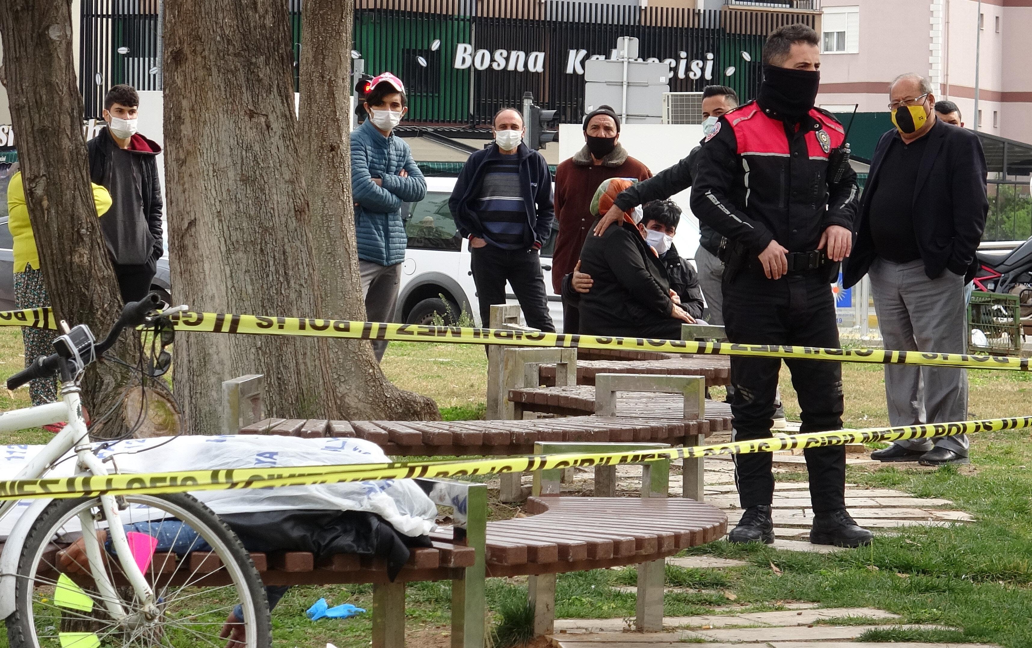 Hakan Paksoy (42), bankta ölü bulundu.