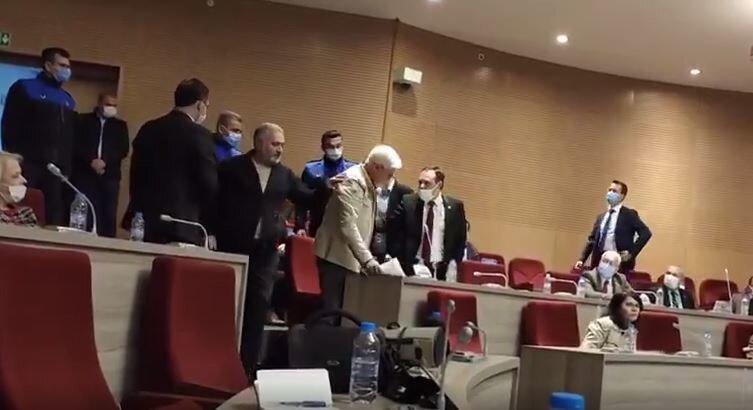CHP'li Meclis üyesi Çağlarsu, zabıta ekipleri tarafından salondan çıkarıldı.