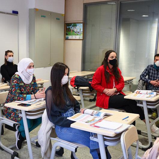 """البوسنة.. """"يونس إمره"""" مقصد الراغبين في تعلم اللغة التركية"""