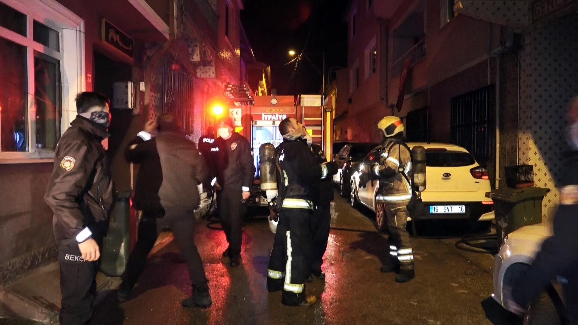 Yangında, üst kattaki dairelerde mahsur kalarak dumandan etkilenen ve 4'ü çocuk, 8 kişi itfaiye ekiplerince kurtarıldı.