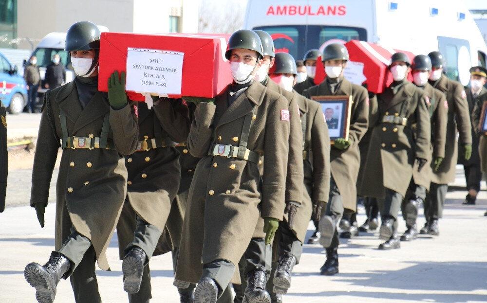 Havalimanında düzenlenen törenin ardından şehitlerin naaşlarının devlet töreni için Ankara'ya gönderileceği bildirildi.