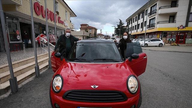 تركي يهدي ابنته سيارة أحلامها من مدخرات أموال التدخين