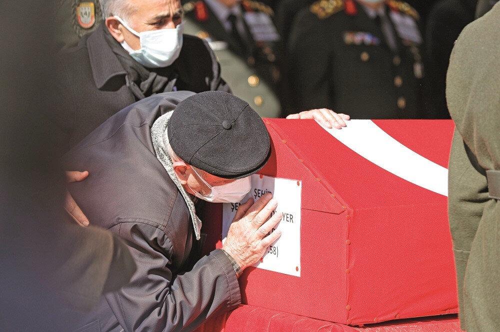 Helikopter kazasında şehit düşen Şentürk Aydınyer'in babası, oğlunun tabutunu öptü.n