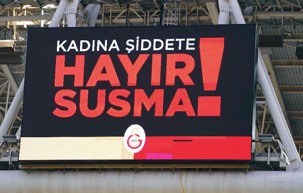 """qGalatasaraylı taraftarlar, tribünlere, 8 Mart Dünya Kadınlar Günü ve kadına şiddete vurgu yapılan mesajların yer aldığı pankart astı. Skor tabelasına da """"Kadına şiddete hayır. Susma!"""" ifadesi yazıldı."""