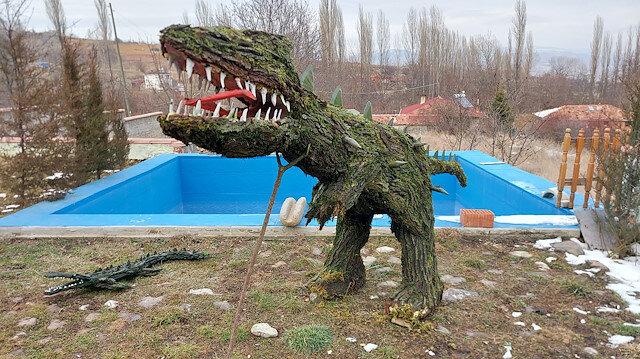 تركي يصنع مجسمات حيوانات من أشجار مجففة وطحالب