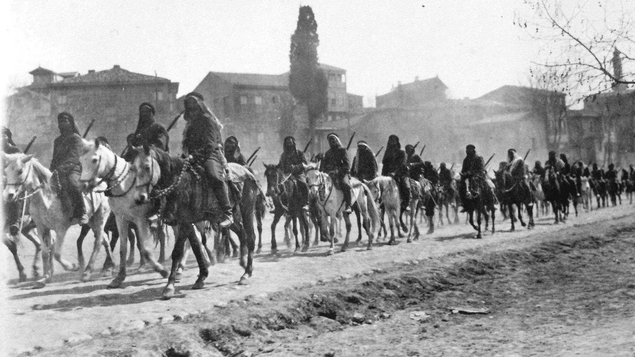 1912, Kürd Süvari Birliği Çatalca'dan (İST) geçerken.