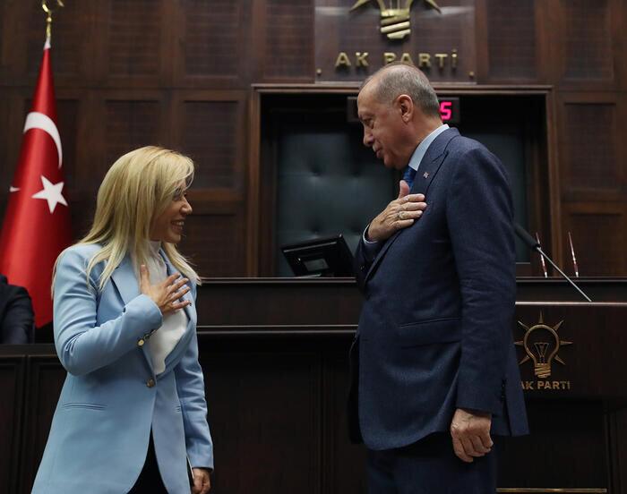 Tuba Vural Çokal'a rozetini geçtiğimiz yıl grup toplantısında Cumhurbaşkanı ve AK Parti Genel Başkanı Erdoğan takmıştı.