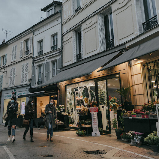 Fransa'da bazı bakanlar yer altına kurulmuş restoranlara giderek kısıtlamaları ihlal etti
