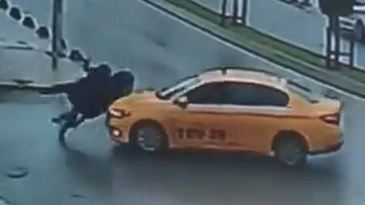 Kol kola yürüyerek yolun karşısına geçmeye çalışan iki kadına taksi çarptı.