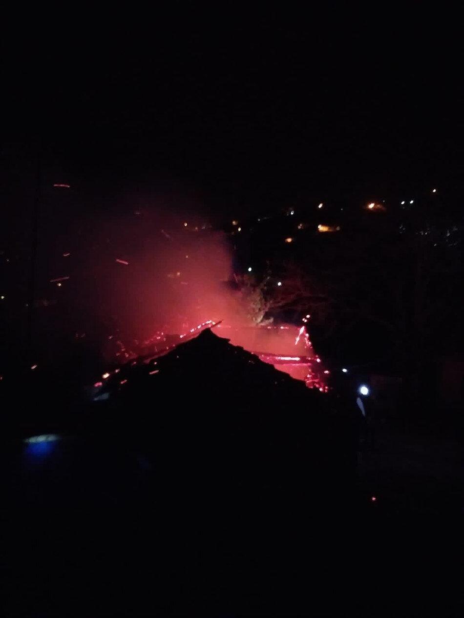 Yangını gören çevredeki vatandaşlar durumu itfaiye ekiplerine bildirdi.