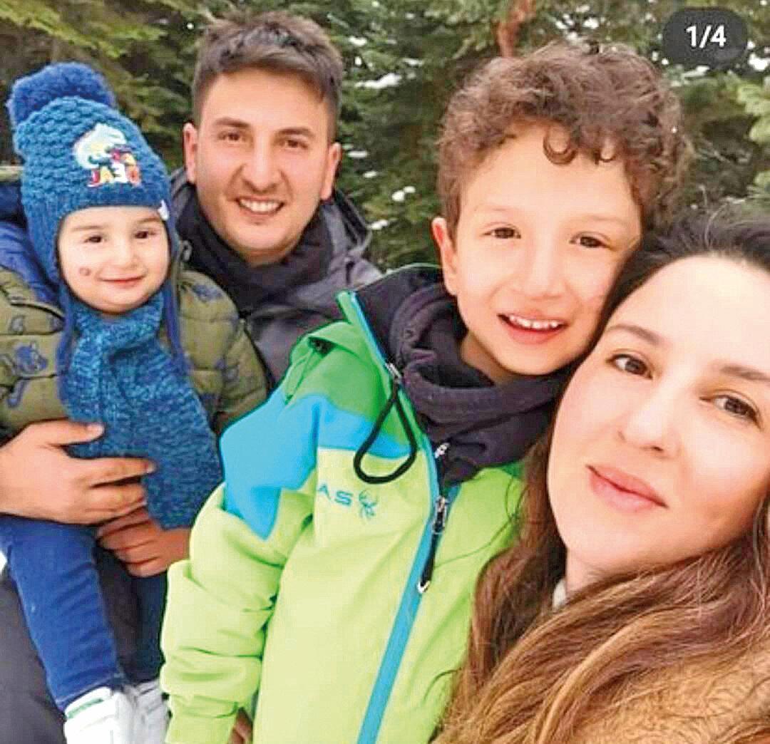 Gençcelep'in eşi ve çocuklarıyla çekildiği fotoğraf, görenleri hüzünlendirdi.