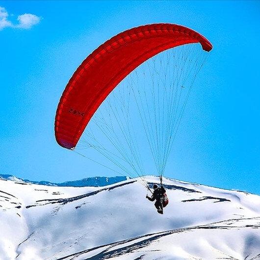 """خلجان بحيرة """"وان"""" التركية.. وجهة جديدة لعشاق الطيران المظلي"""