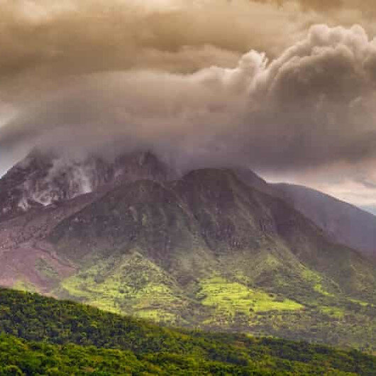 ثوران بركان سوفريير في جزيرة سانت فنسنت الكاريبية