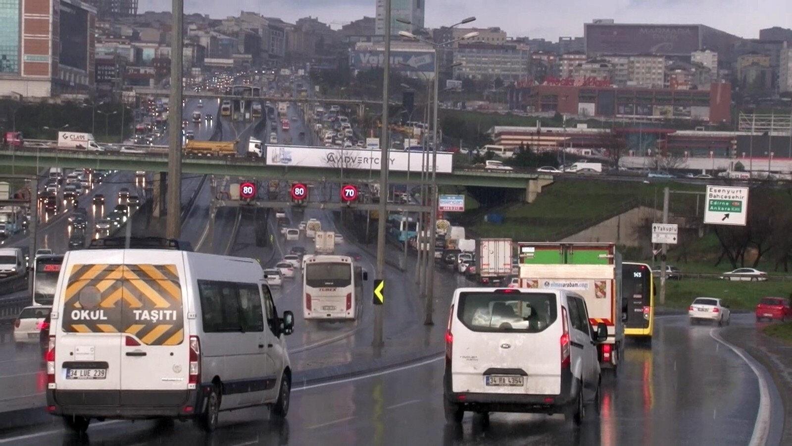 İstanbul'un bazı bölgelerinde dolu bazı bölgelerinde ise sulu kar etkili oldu.