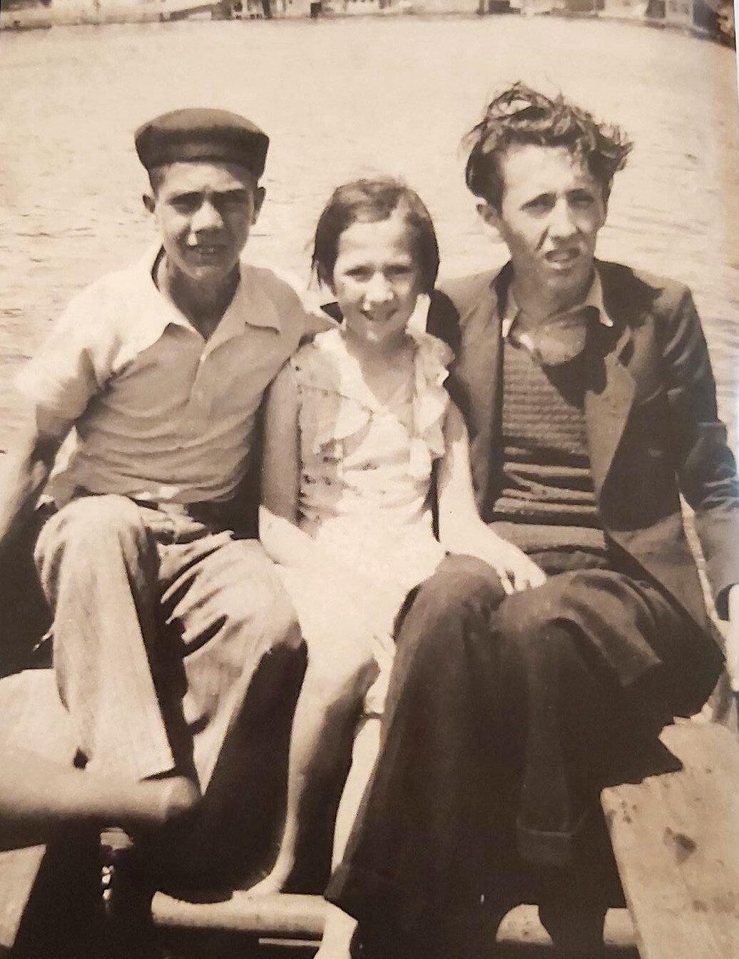 Orhan Veli arkadaşı Ekrem ve küçük Füruzan ile Beykoz'da kayık üzerinde..