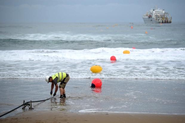 Putin'in gizli denizaltıları, deniz altındaki internet kablolarını keserek İngiltere'yi kaosa sürükleyebilir.