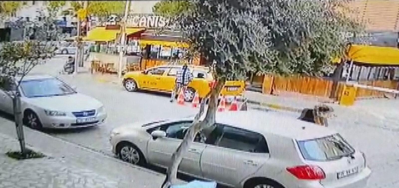 Şüpheli kadının aracı kaçırması ile sürücülerin yaşadığı panik anları güvenlik kamerasına yansıdı.