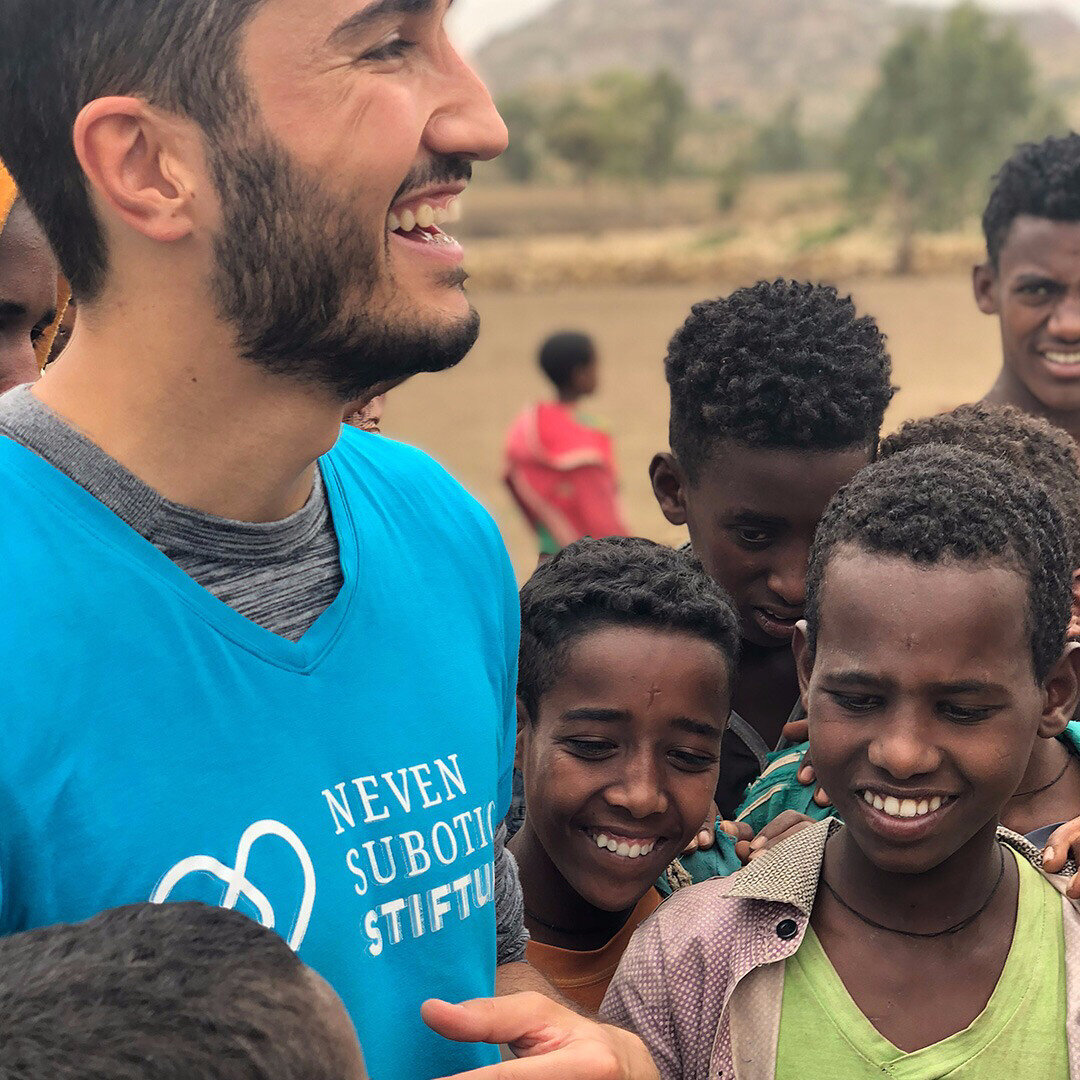 Etiyopyalı çocuklar Nuri Şahin'e yakın ilgi gösterdi.