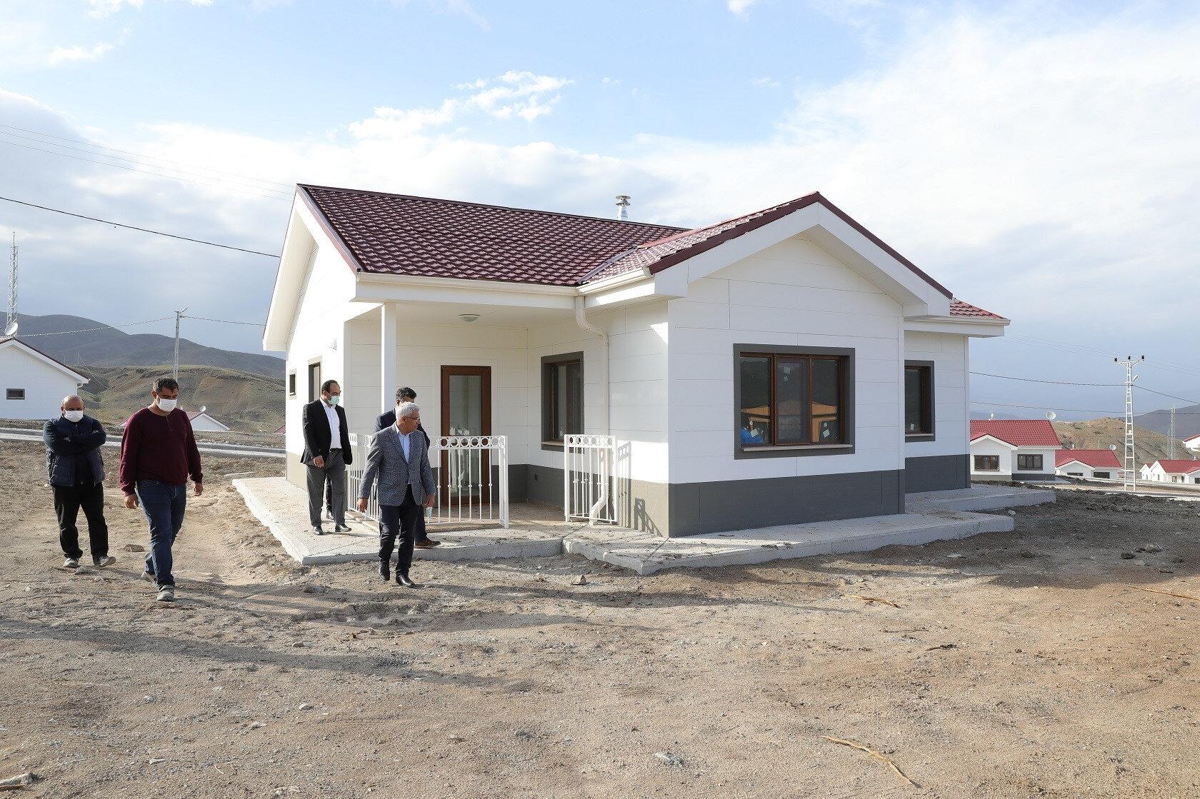 Yapımı tamamlanan evler 2 ay içinde sahiplerine teslim edilecek.