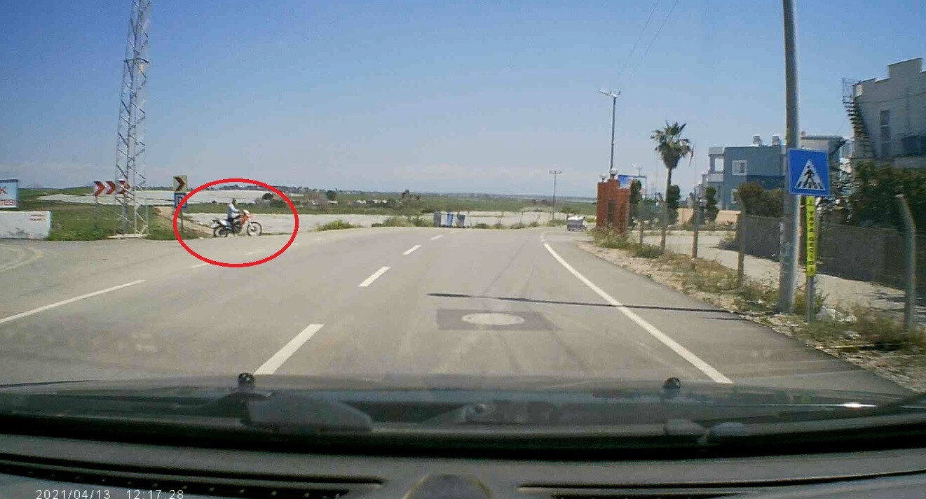 Vural, kaza öncesi motosikletli kişilerin kendisini takip edip pusu kurduğunu ve traktör sürücüsünün kasıtlı olarak çarptığını öne sürdü.
