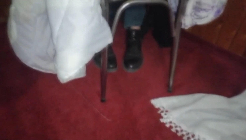 Yere oturup, üzerine çarşaf örterek saklanmaya çalışan kişi, polisleri güldürdü.
