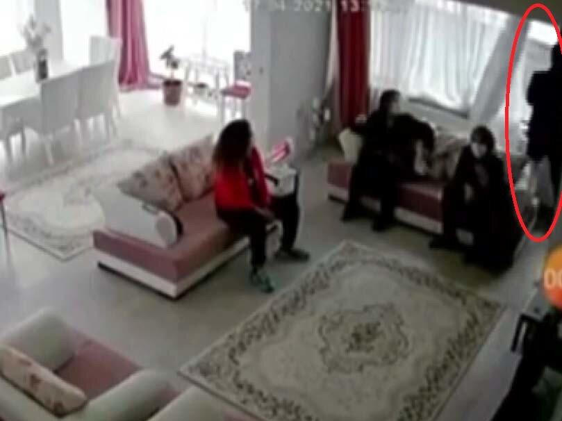 O anlar, ev içerisine yerleştirilen güvenlik kamerasına yansırken, anne kaçırılan bebeğinin bulunması için polise başvurdu.