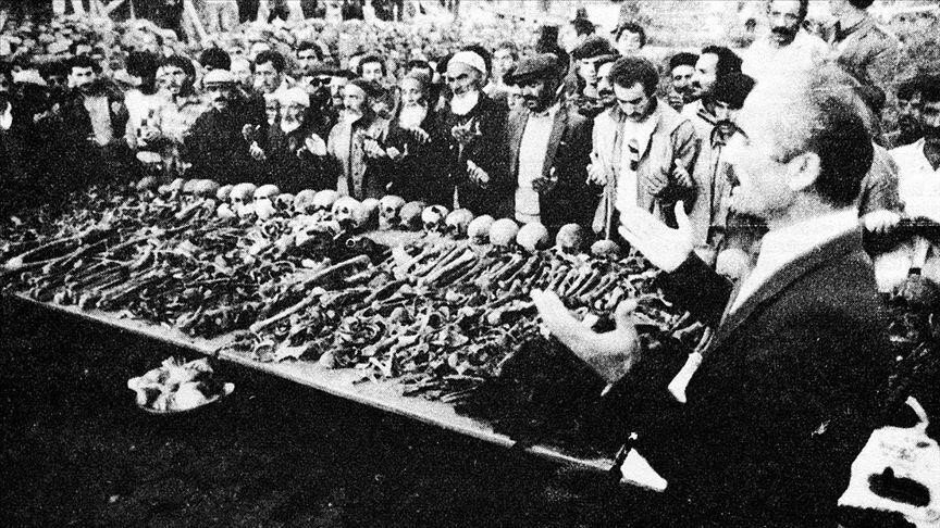 Ermenilerin Birinci Dünya Savaşı sırasında silahsız sivillere yönelik katliamları, toplu mezar kazılarıyla gözler önüne serildi. Kazılarda elde edilen bulgular, Ermeni çetelerin Müslüman ahaliyi insanlık dışı işkencelerle katlettiğini kanıtlıyor. Fotoğrafta Erzurum'un Yeşilyayla Köyü'nde Mart 1918 tarihinde yaptığı katliama ait toplu mezar başında dua eden vatandaşlar görülüyor. (Arşiv)