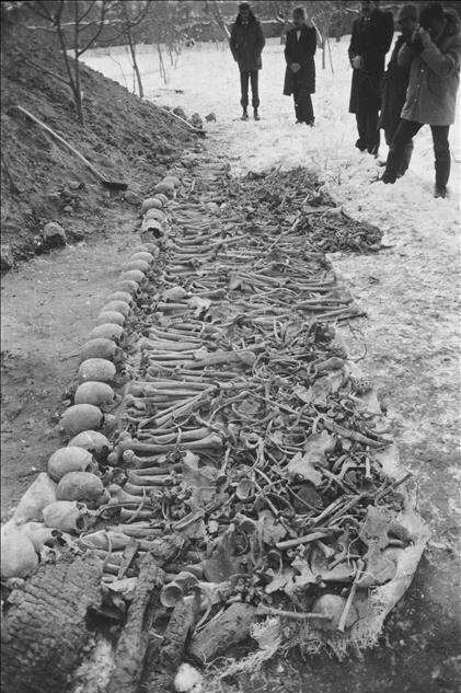 Ermenilerin Birinci Dünya Savaşı sırasında silahsız sivillere yönelik katliamları, toplu mezar kazılarıyla gözler önüne serildi. Kazılarda elde edilen bulgular, Ermeni çetelerin Müslüman ahaliyi insanlık dışı işkencelerle katlettiğini kanıtlıyor. 28 Şubat 1986'daki kazıda Iğdır'ın Oba Köyü'nde Ermeniler tarafından topluca katledilen Türkler'e ait kemikler görülüyor. (Arşiv)