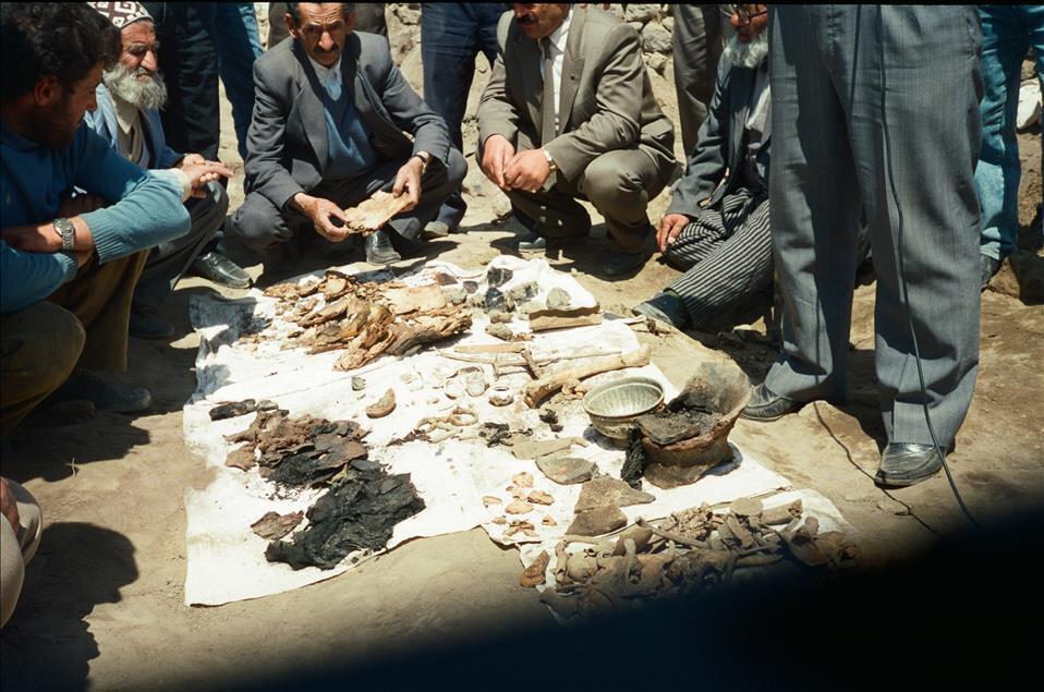 Ermenilerin Birinci Dünya Savaşı sırasında silahsız sivillere yönelik katliamları, toplu mezar kazılarıyla gözler önüne serildi. Kazılarda elde edilen bulgular, Ermeni çetelerin Müslüman ahaliyi insanlık dışı işkencelerle katlettiğini kanıtlıyor. 7 Temmuz 1993'teki kazıda Erzurum'un Pasinler İlçesi'ndeki Tımarlı Köyü'nde Ermeni katliamına uğrayan Türkler'e ait kemikler görülüyor. (Arşiv)