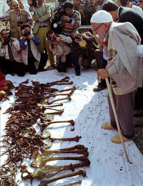 Ermenilerin Birinci Dünya Savaşı sırasında silahsız sivillere yönelik katliamları, toplu mezar kazılarıyla gözler önüne serildi. Kazılarda elde edilen bulgular, Ermeni çetelerin Müslüman ahaliyi insanlık dışı işkencelerle katlettiğini kanıtlıyor. Fotoğrafta Iğdır'ın Hakmehmet Köyü'nde Eylül 1919 tarihinde Ermenilerce öldürülüp su kuyusuna atılan cesetlerin 6 Ekim 1999'da çıkarılmasının ardından katliamdan sağ kurtulan 92 yaşındaki Hacı Oruç Türkeli görülmekte... (Arşiv)