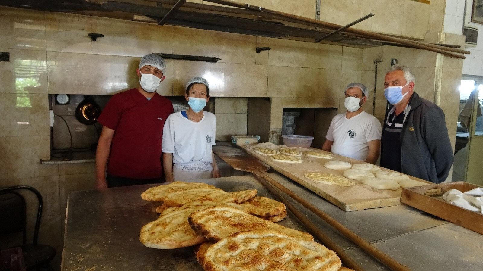Fırın işletmecisi ve hayırseverler dolabı ekmek ve pideyle doldururken, ihtiyaç sahipleri de ücretsiz olarak istedikleri kadar ekmek alabiliyor.