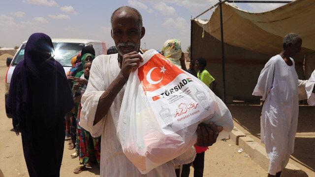 رجال أعمال أتراك يوزعون مساعدات على محتاجين في السودان