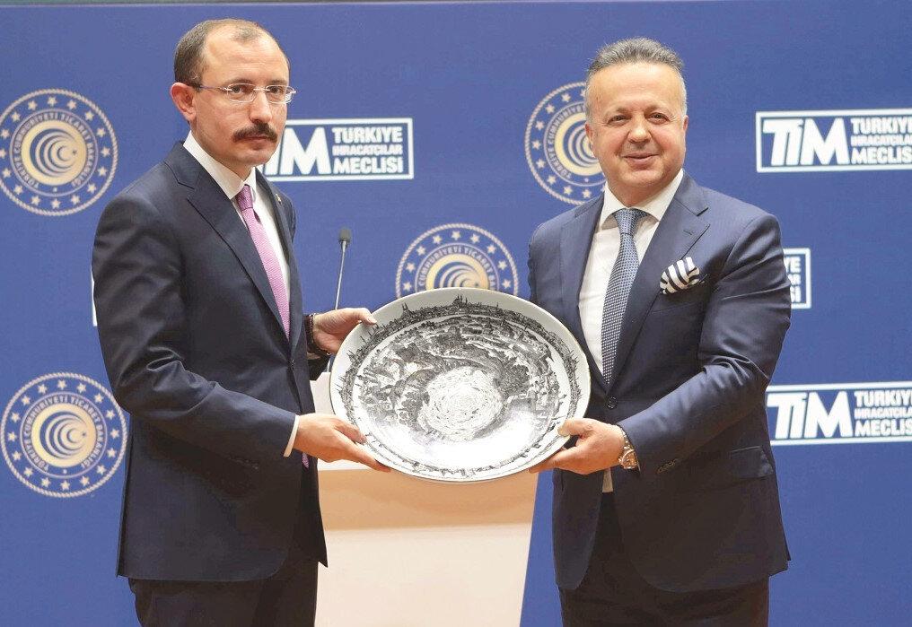 Ticaret Bakanı Mehmet Muş, nisan ayı dış ticaret verilerinin açıklandığı toplantıya katıldı. Bakan Muş'a yeni görevinde başarılar dileyen TİM Başkanı İsmail Gülle, kendisine İstanbul silueti işlenmiş bir porselen tabak hediye etti.