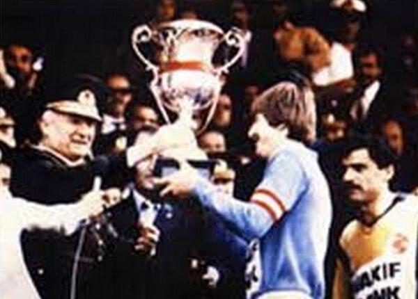 Kenan Evren Ankaragücü takımına kupasını veriyor.