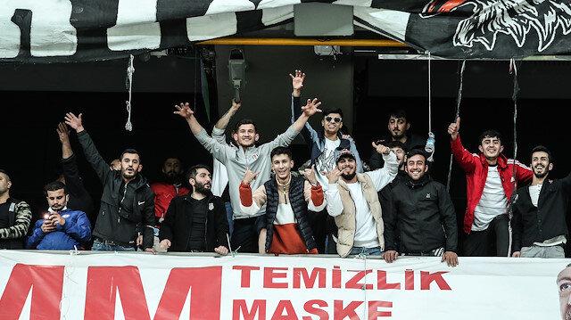 Beşiktaşlı taraftarlar seyircisiz maçta takımlarını yalnız bırakmadı: 3 bin kişi statta