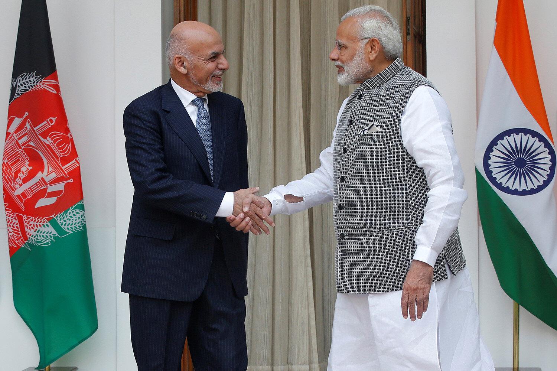(Afganistan Cumhurbaşkanı Eşref Gani Ahmedzay (solda) ve Hindistan Başbakanı Narendra Modi (sağda)) Pakistan yetkilileri, Hindistan'ın Afganistan barış sürecine katılmasını bölgesel huzur ve güvenliğe herhangi bir katkısı olmayan, aksine olumsuz etki eden bir gelişme olarak değerlendiriyor.