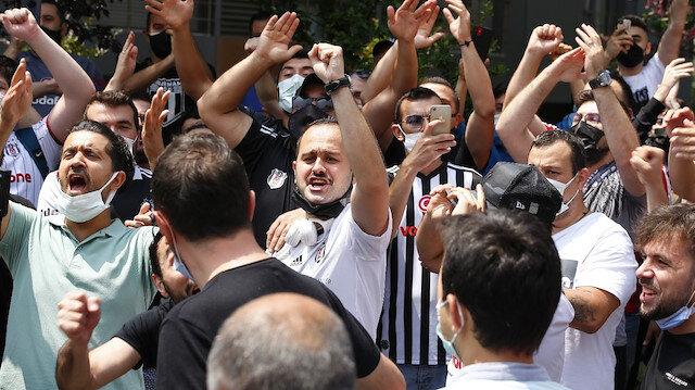 Beşiktaşlı taraftarlardan Sergen Yalçın'a destek: Evinin önünde toplandılar