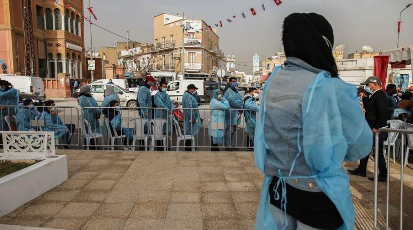 Tunus Sağlık Bakanlığı ülkede Kovid-19'un Alfa ve Delta varyantlarının hızla yayıldığı uyarısında bulunmuştu. Kovid-19'a bağlı ölümler ve yetersiz kalan sağlık kaynakları nedeniyle ülkede bir sağlık krizi yaşanıyor.
