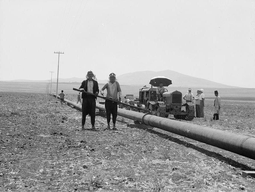 IPC çalışanları 1930'larda petrol borularını kaynakla birleştiriyor.