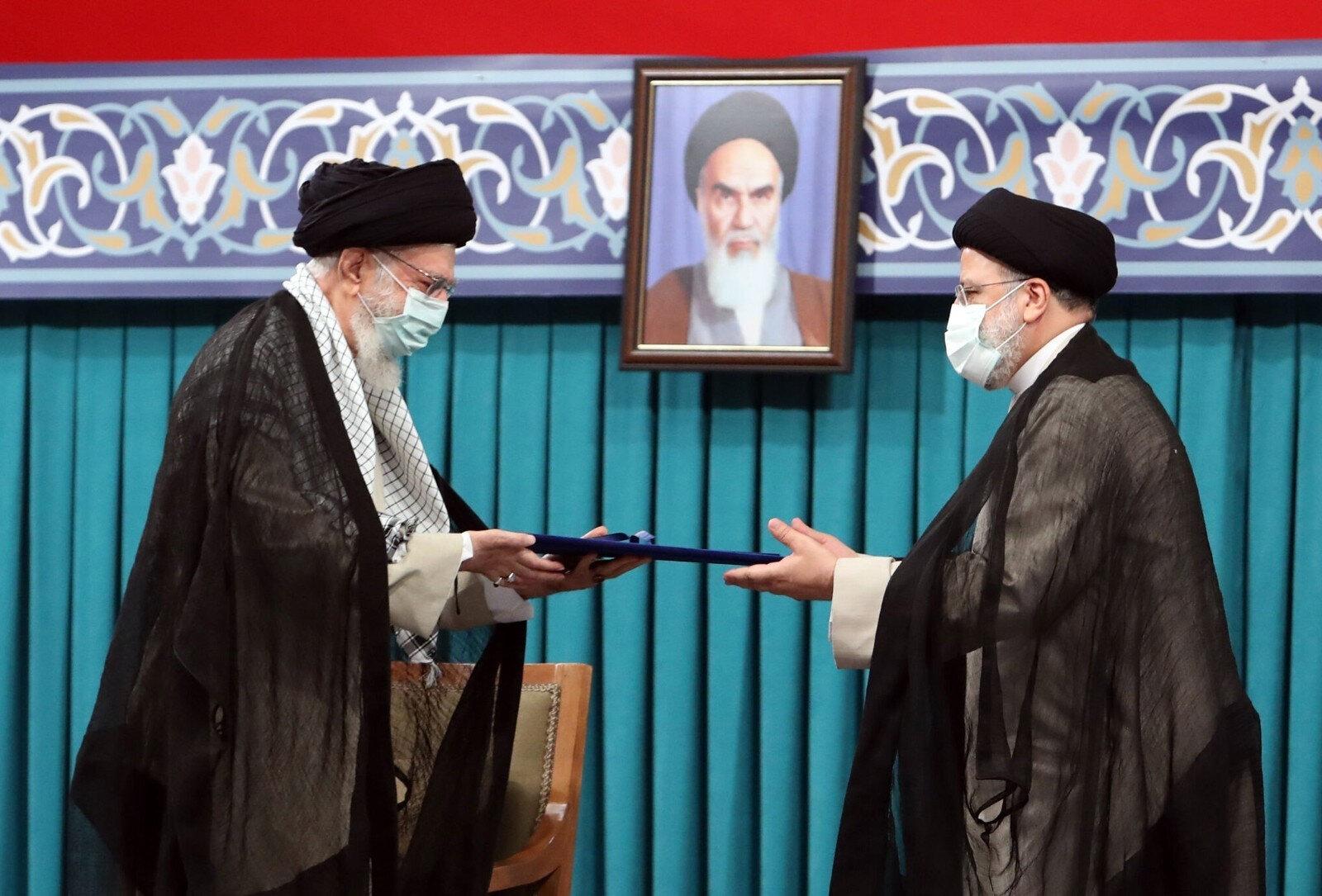 İran'ın yeni cumburbaşkanı İbrahim Reisi mazbatasını Ayetullah Ali Hamaney'den alırken...