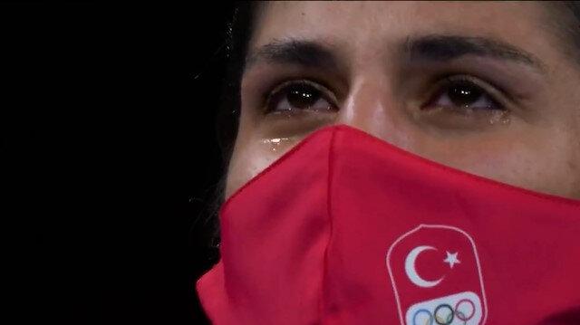 Olimpiyat şampiyonu Busenaz Sürmeneli göz yaşlarıyla İstiklal Marşı'nı okudu: