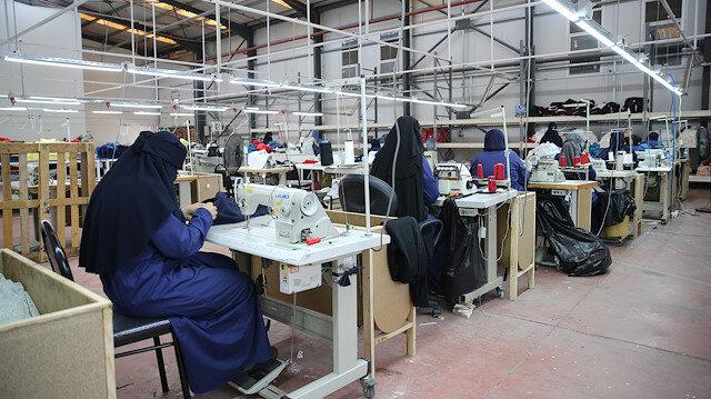 """""""الإغاثة الإنسانية"""" التركية تنشئ ورشة خياطة لمساعدة السوريات"""