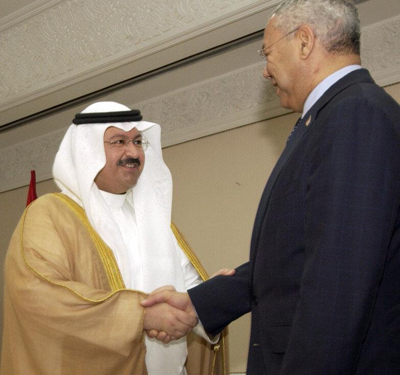 ABD'nin 2003'teki işgali sonrası Irak'ın ilk cumhurbaşkanı olan Şeyh Gazi Acil Yaver ve dönemin ABD Dışişleri Bakanı Kolin Powell.