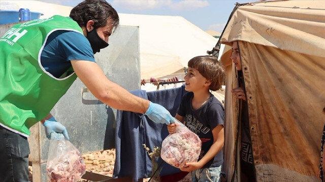 """إدلب.. """"الإغاثة التركية"""" توزع لحوما على 35 ألف أسرة"""