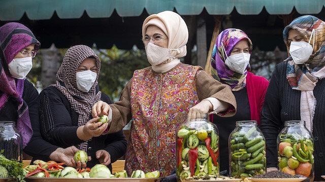 Emine Erdoğan Çubuklu kadınlarla turşu kurdu