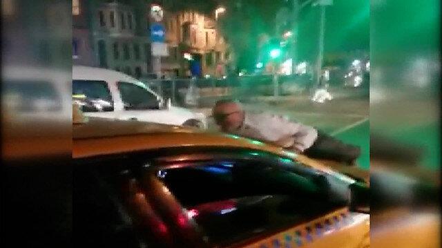 Kendisini araca almayan şoföre kızıp taksinin kaputuna yattı