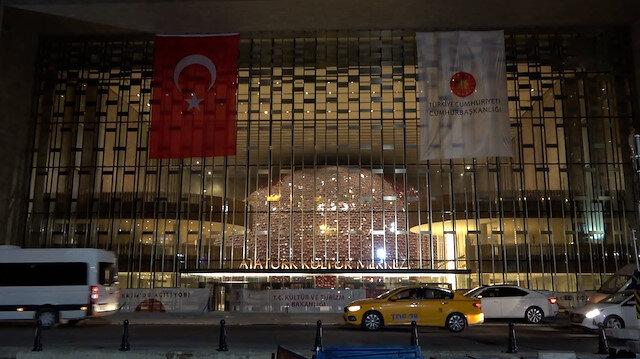 Taksim'deki AKM'nin ışıkları yakıldı