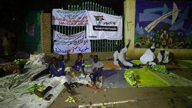 الخرطوم.. الميثاق الوطني يواصل اعتصاما مفتوحا أمام القصر الرئاسي